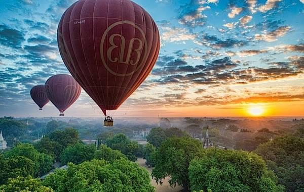 """Du lịch bằng khinh khí cầu du khách có cảm giác như mình đang bị """"lạc"""" đến những xứ sở thần tiên trong truyện cổ tích."""
