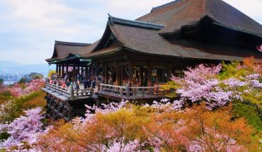 Ngôi chùa phật giáo Kiyomizu-dera nằm ở phía Đông Kyoto được xây dựng từ những năm 798. Ảnh: Lightslant.wordpress