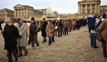 Đến Paris, việc xếp hàng nhiều tiếng để vào các điểm tham quan không còn là điều lạ lẫm. Ảnh: Euro.