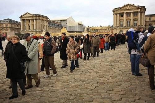 Đến Paris, việc xếp hàng nhiều tiếng để vào các điểm tham quan không còn là điều lạ lẫm.
