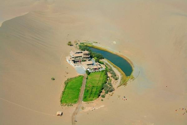 Người dân sống ở khu vực quanh hồ sinh sống chủ yếu bằng nông nghiệp.