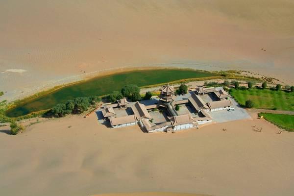 Từ trên cao nhìn xuống, toàn cảnh khu vực hồ hệt như trong những câu chuyện cổ tích.