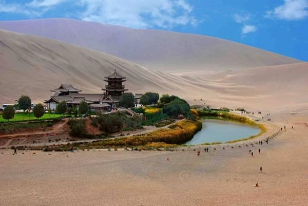 Vào mỗi mùa trong năm, hồ Bán Nguyệt lại mang những vẻ đẹp khác nhau.