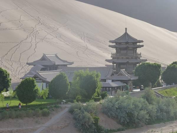 Dọc theo bờ hồ Crescent là một ngôi chùa mang kiến trúc truyền thống Trung Quốc.