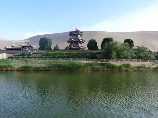 Mặc dù nằm giữa sa mạc khắc nghiệt, nhưng cây cối xung quanh khu vực hồ lại rất trong xanh.