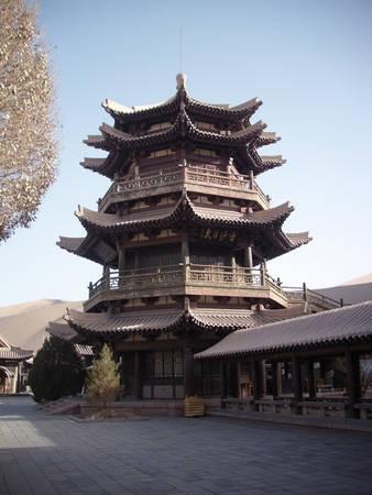 Ngôi chùa mang kiến trúc ấn tượng tại khu vực hồ Bán Nguyệt.