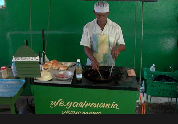 Thưởng thức các món ăn đường phố là cách lý tưởng nhất để tiết kiệm tiền mà vẫn có những bữa ăn ngon.