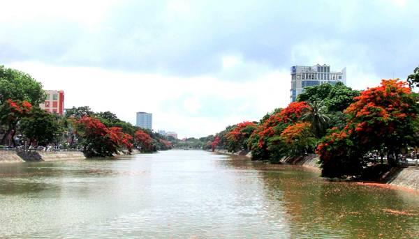 Đỏ rực 2 bờ sông.