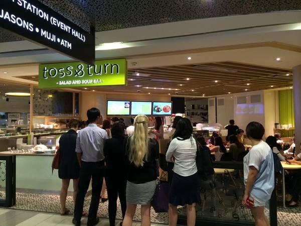 Rất đông du khách yêu thích các món ăn tại Toss & Turn.