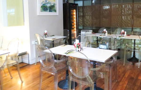 Không gian ấm cúng của Hob Nob Cafe Bar.