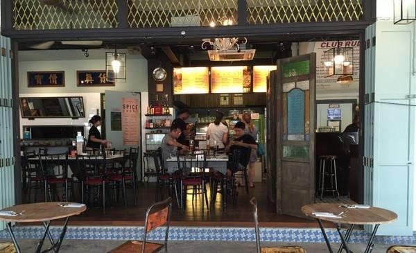 Tiong Bahru Club, nơi bạn có thể dừng chân, gọi một cốc bia hay một ly cocktail để xua tan cái nóng ở xứ sở nhiệt đới