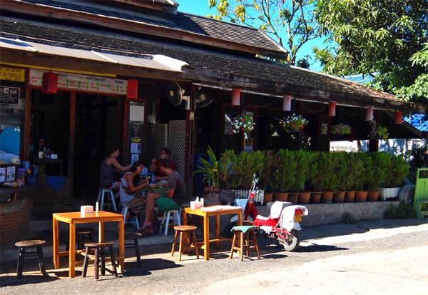 Pai là một thị trấn du lịch nhỏ, chỉ có khách du lịch theo dạng Tây balo là chủ yếu.