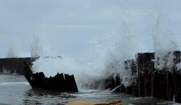 Mỗi khu nghỉ dưỡng đều có cách làm riêng để chống lại sự xâm thực của nước biển nhưng ngay cả đoạn được kè bằng nhiều thanh sắt lớn chôn sâu dưới biển cũng bị những con sóng lớn xé toạc.