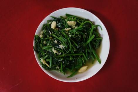Ngọn rau xào và quả luộc là hai món ngon từ su su tại Sapa.