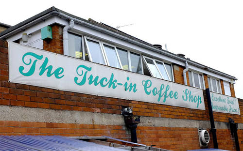 Tên cửa hiệu 'The Tuck-in'...