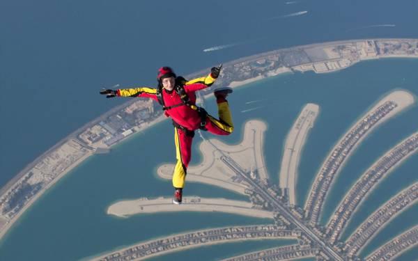 Nhảy dù từ máy bay tại Dubai là một trải nghiệm vô cùng thú vị.