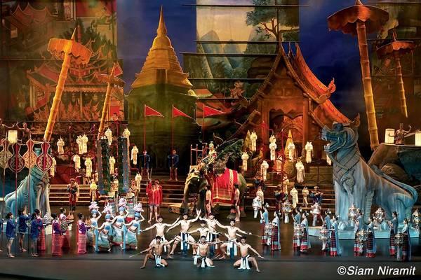 Siam Niramit là chương trình trình diễn sân khấu nổi tiếng thế giới nói về lịch sử Thái Lan thông qua văn hóa, truyền thống và niềm tin.
