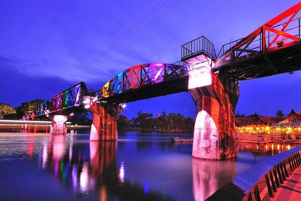 Cầu sông Kwai lung linh trong đêm.