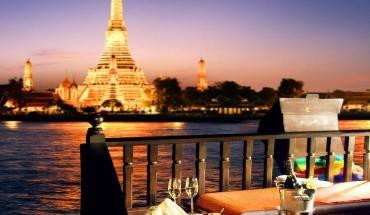 Du lịch sông Chao Phraya vào ban đêm, với những ngôi chùa thắp sáng dọc bờ sông, là một trong những trải nghiệm mà bạn nhất định phải có ở Bangkok. Ảnh: Bangkok.com