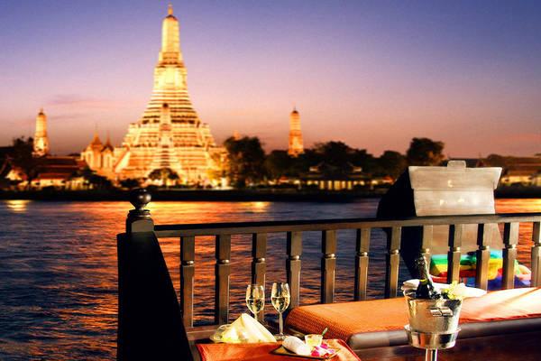 Du lịch sông Chao Phraya vào ban đêm, với những ngôi chùa thắp sáng dọc bờ sông, là một trong những trải nghiệm mà bạn nhất định phải có ở Bangkok.