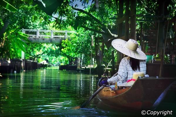 Tham gia vào một tour du lịch khám phá Bangkok bằng thuyền, du khách sẽ được đắm chìm trong những khung cảnh đẹp như tranh vẽ bên hai bờ sông.