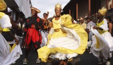 12. Hòa mình vào không khí sôi động của lễ hội Santiago de Cuba được diễn ra vào tháng 7, nơi du khách sẽ có dịp chiêm ngưỡng người người dân Cuba trong những điệu nhảy sôi động và mặc các trang phục hóa trang độc đáo.