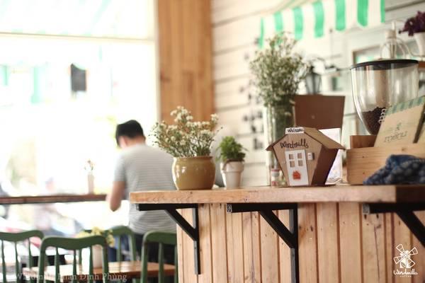 Windmills Phan Đình Phùng là cửa hàng đầu tiên của Windmills với thiết kế mộc mạc gần gũi