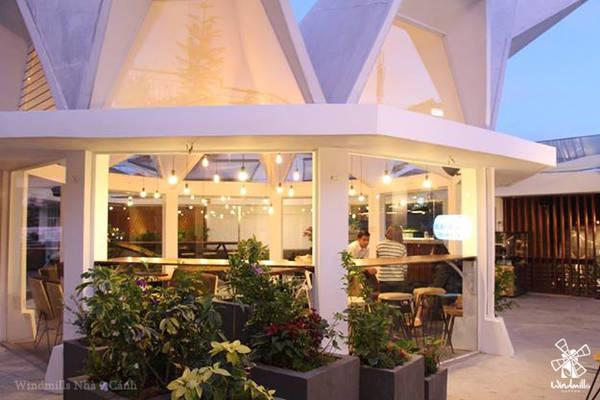 Windmills Nhà 9 Cánh tọa lạc tại sân thượng của một trong những khách sạn lâu đời nhất của Đà Lạt