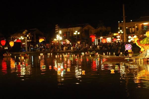 Vào những hôm rằm, mùng , sông Hoài lung linh với hàng trăm ngọn hoa đăng.