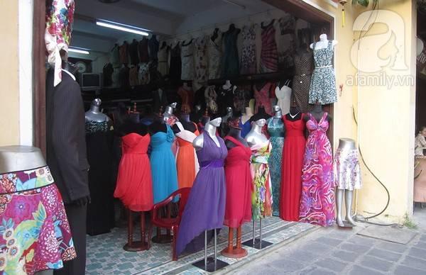 Tại trung tâm phố cổ, có rất nhiều tiệm quần áo và tiệm may lấy ngay.