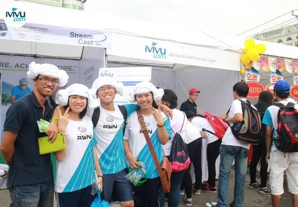 """Nhóm bạn trẻ sau khi nhận giải thưởng của iVIVU.com là những chiếc khăn xinh xăn, đã biến tấu chúng thành những chiếc mũ """"không đụng hàng""""."""
