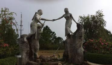 Tượng chàng Lang và nàng Biang trên đỉnh Lang Biang.
