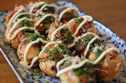 Điểm đặc biệt của bánh Takoyaki là phần cá bào gừng đỏ, nước sốt với cá bào sấy khô phủ bên ngoài tạo nên độ thơm ngon đậm đà của món ăn.