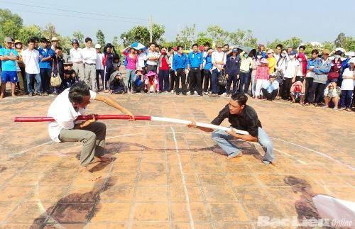 Trò chơi đẩy gậy trong ngày lễ đồng Nọc Nạng.