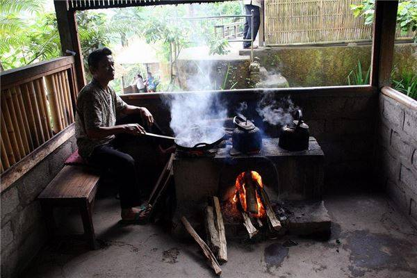 """Khi bạn đang đi du lịch ở bất kỳ một quốc gia nào khác, thì việc thưởng thức một tách cà phê """"Made in Bali"""" là một món đồ uống đắt đỏ. Nhưng ở đây bạn không phải chi tiêu quá nhiều tiền cho việc đó, mà vẫn có thể được quan sát quá trình chế biến nên ly cà phê tuyệt vời này."""
