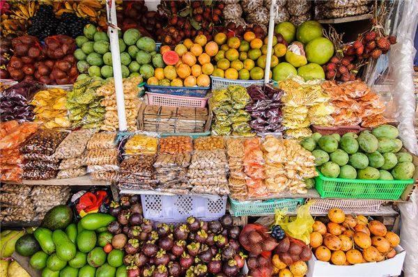 Bạn cũng sẽ mua được rất nhiều loại trái cây tươi với giá khá mềm.