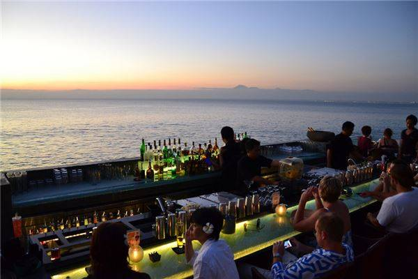 Tại Jimbaran Bay du khách sẽ nhìn thấy một bãi biển xinh đẹp được phủ đầy bởi các nhà hàng và quán bar, cung cấp các món ăn thơm ngon từ hải sản tươi sống.