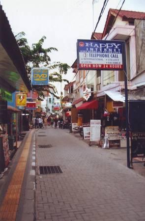 Để giảm thiểu chi phí sinh hoạt, bạn có thể thuê phòng nghỉ giá rẻ ở đường Kuta và những đường hẻm gần đó.