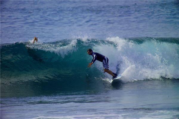 Bali cũng là một nơi tuyệt vời để bạn có thể dạo chơi trên những con sóng.