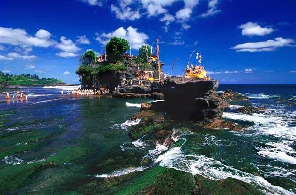 Tắm biển, tắm nắng và lặn biển tại các bãi tắm trong xanh ở Bali là hoạt động thú vị mà chẳng khiến bạn tốn một xu.
