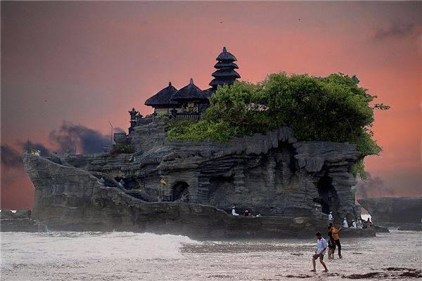 Những điều mà bạn không thể làm được ở bất cứ nơi nào khác trên thế giới ngoài Bali, đó là đến thăm ngôi đền Tanah Lot được xây dựng trên một vách đá nằm ngay sát biển.