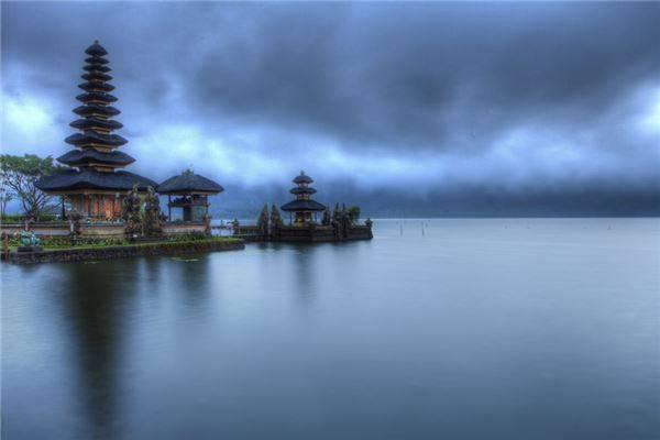 Hoặc ngôi đền nước Ulun Danu nổi bồng bềnh trên mặt hồ thiêng Bratan vốn là miệng của núi lửa Catur đã ngừng hoạt động.