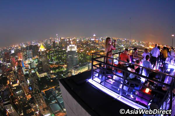 Moon Bar là điểm đến lý tưởng để du khách có thể thư giãn và ngắm nhìn Bangkok từ trên cao.