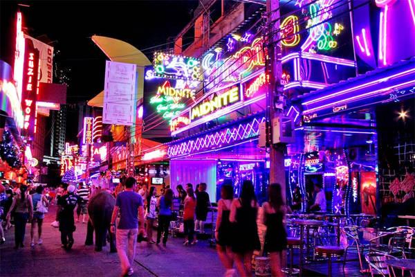 Khu Patpong không chỉ là điểm đến du lịch nổi tiếng, mà còn được biết tới bởi là khu phố đèn đỏ số một tại thủ đô Thái Lan