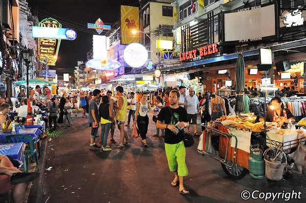 Chợ đêm đường Khao San là nơi mà tất cả khách du lịch ba lô có thể tìm thấy mọi món đồ đặc trưng Thái Lan.
