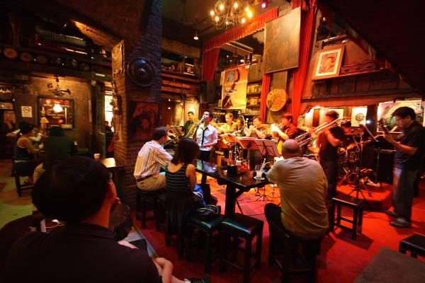 Đối lập với sự ồn ào của những hộp đêm, du khách thích sự yên bình tại Bangkok có thể đến những quán bar chơi nhạc Jazz và đắm chìm trong một thế giới riêng.