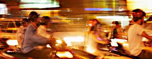 Khách du lịch sang Việt Nam thường khá sợ hãi khi sang đường. Ảnh: Huffingtonpost.