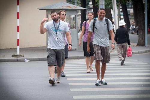 Một trong những điều khiến du khách e ngại nhất khi sang Việt Nam là việc sang đường. Ảnh: Camelsandchocolate.