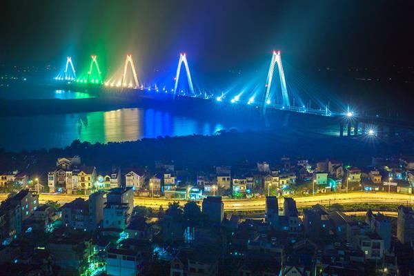 Phần cầu Nhật Tân dài 3,7 km trong đó có cầu chính vượt sông Hồng dài 1,5 km là cầu dây văng liên tục nhiều nhịp với 5 trụ tháp.