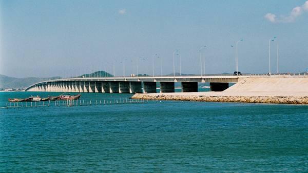 Cầu Thị Nại là cây cầu vượt biển dài nhất Việt Nam nằm trong hệ thống cầu đường Nhơn Hội.